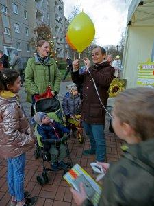 """Ballonaktion auf dem """"Weihnachtsmarkt zum Mitsingen"""" im Kosmosviertel Altglienicke."""