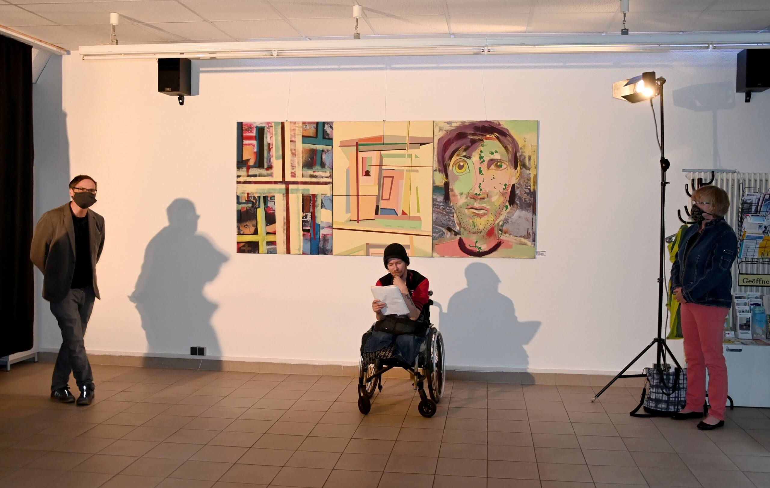 Das Bild zeigt den vortragenden Dichter Marko Lakowski am Abend der Vernissage zur Ausstellung Große Kunst in Altglienicke.