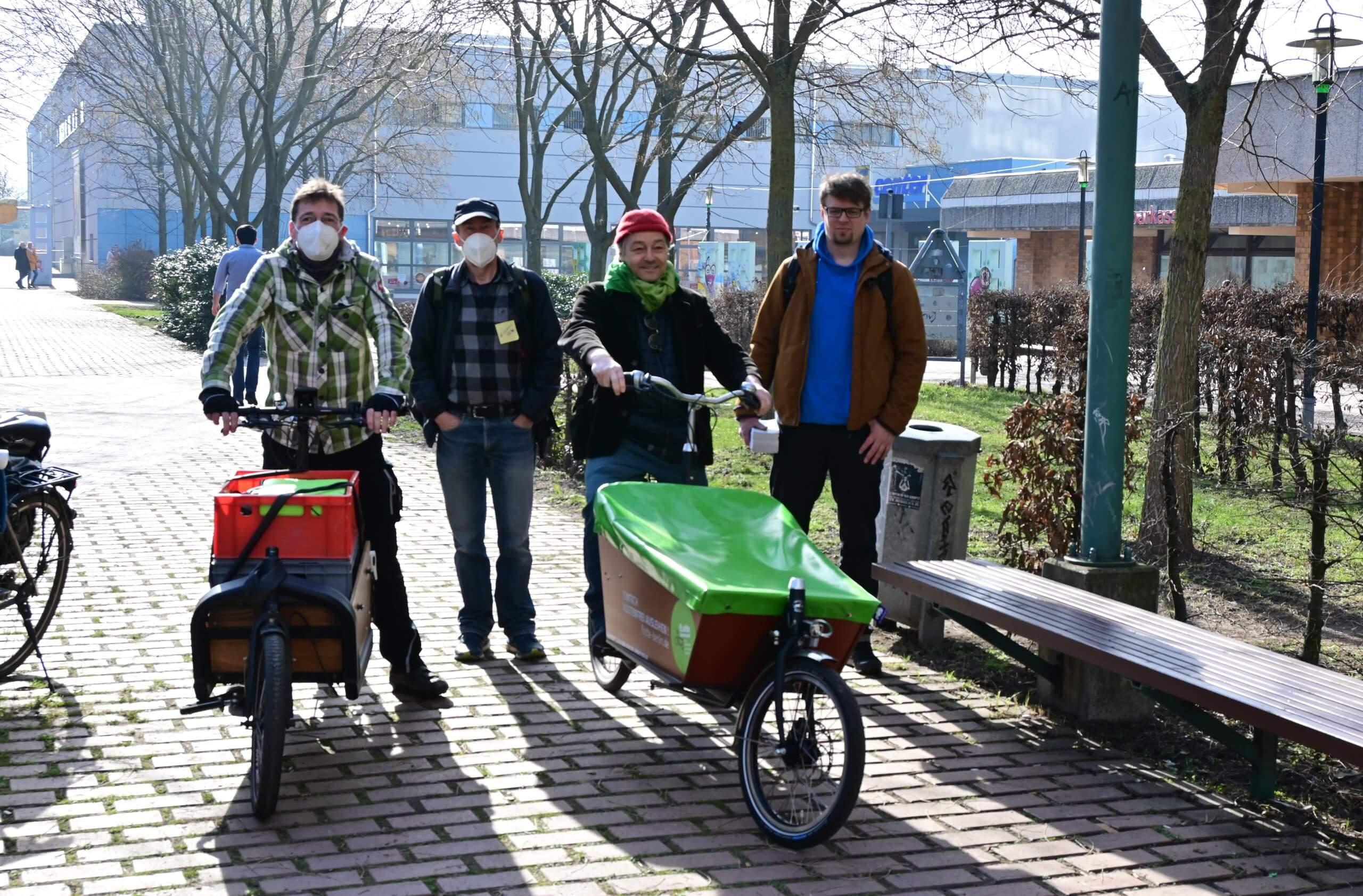 Das Bild zeigt die erste Probefahrt mit dem neuen Lastenrad im Kosmosviertel in der Nähe des Kiezladens WaMa.