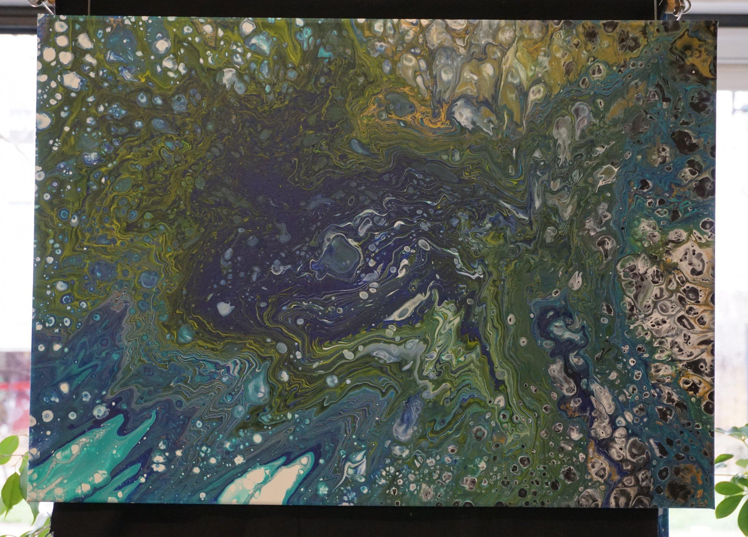Das Bild zeigt ein anderes der im Kiezladen WAMA ausgestellten Werke, die mit der Technik des Acrylpourings entstanden sind.