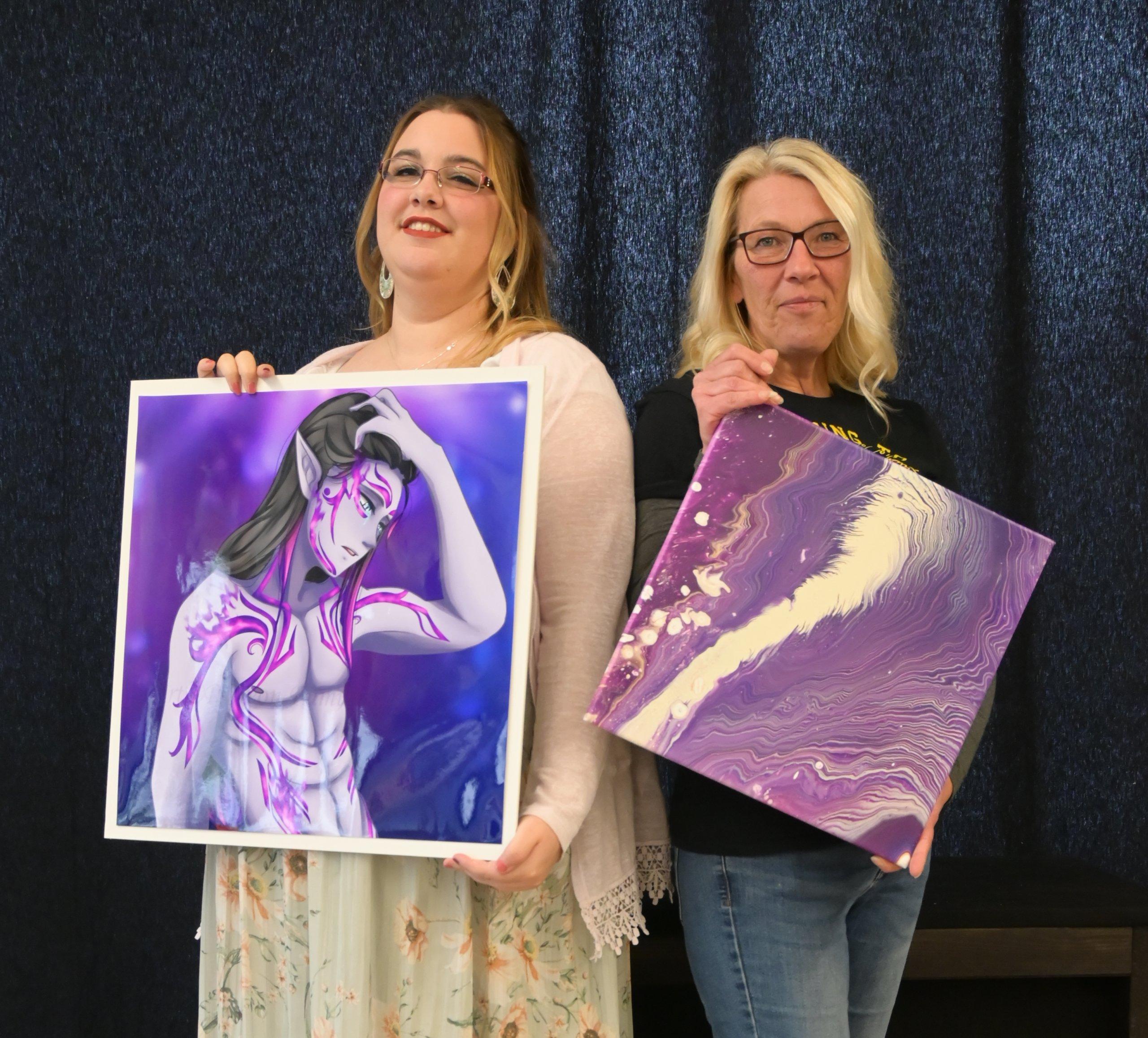 Das Bild zeigt die Künstlerinnen Helena_alias Fuminu und Silvia mit von ihnen geschaffenen Werken im Kiezladen WAMA.