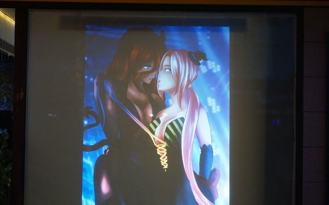 Mangas und Acryl-Gemälde am Fenster des Kiezladens WAMA