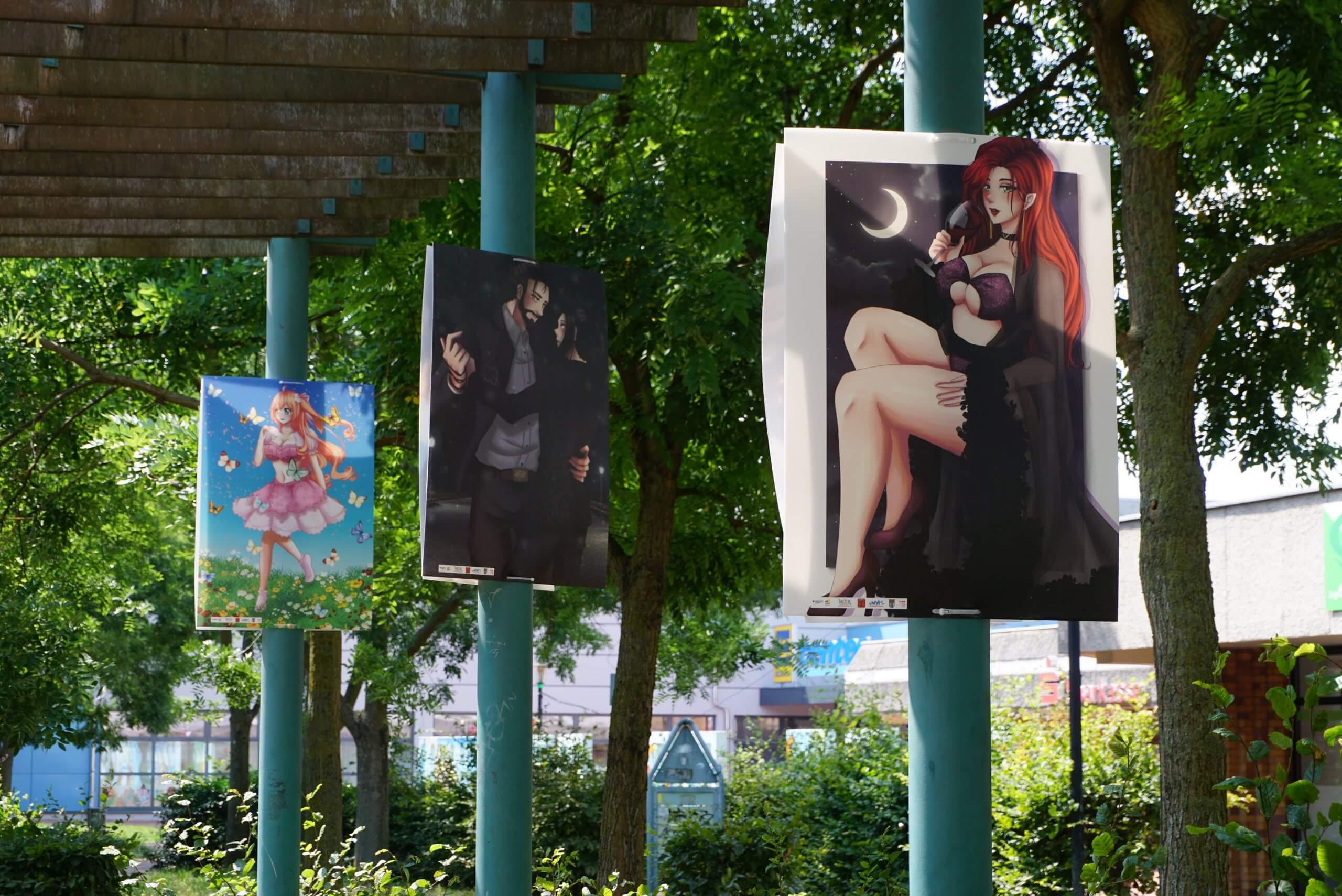 Das Bild zeigt, wie hier drei weitere Mangas in der Blickrichtung des Betrachters zu sehen sind.