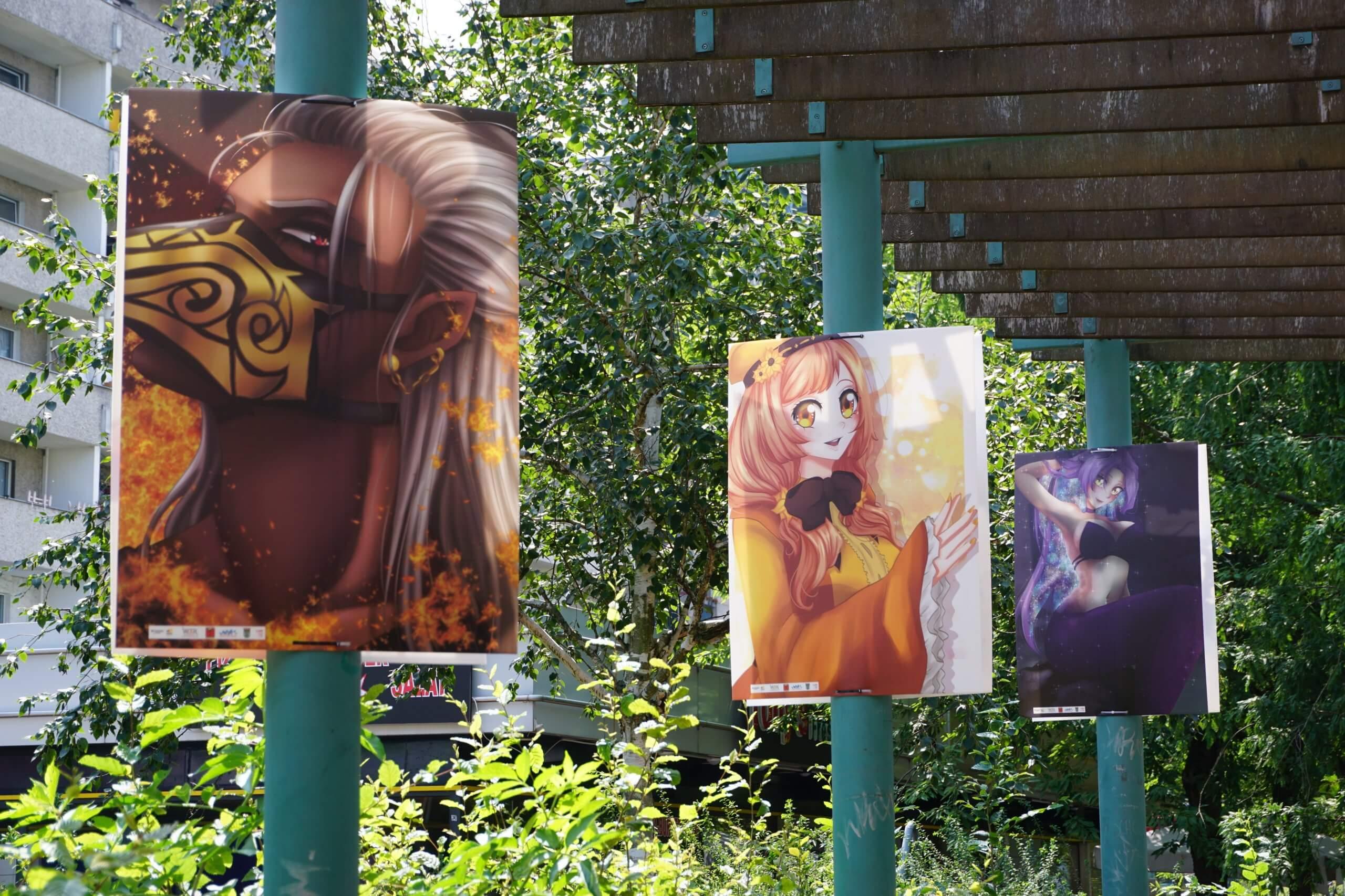 Das Bild zeigt drei der in der Pergola hängenden Mangas der Künstlerin Fuminu.
